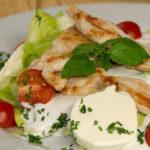 Salát s kuřecím masem a mozzarelou